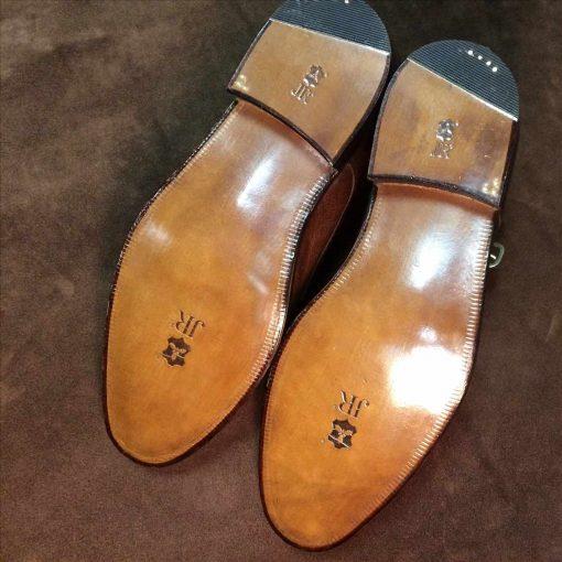 Замена кожаной подошвы на мужских ботинках.